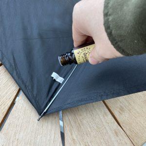 傘にアロマをかける